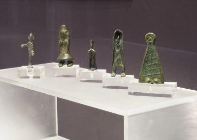 Foto 12: la vetrina dedicata alla preistoria e agli etruschi - particolari degli oggetti
