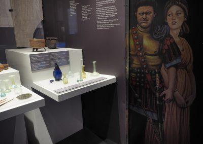 Foto 19: vetrina della Ravenna Imperiale - particolari degli oggetti