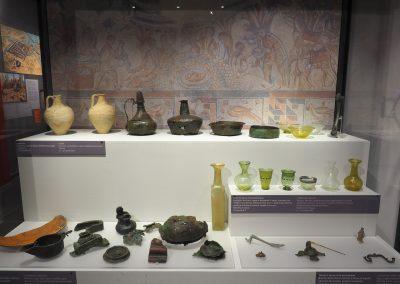 Foto 25: vetrina con oggetti vita quotidiana di epoca Imperiale