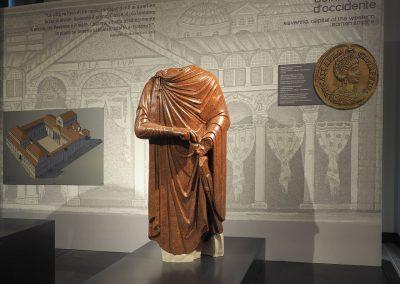 Foto 30: Ravenna Capitale - statua di Imperatore