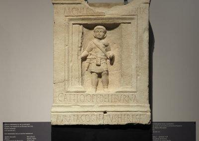 Foto 34: stele funeraria di un classiario, pietra calcarea, I-III secolo d. C.