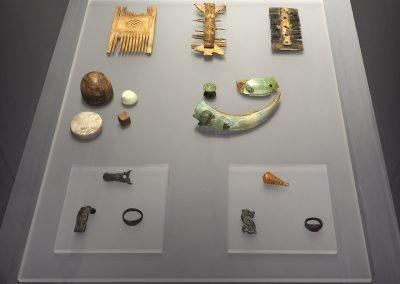 Foto 46: oggetti preziosi, tra cui una bulla in oro con  decorazione a sbalzo a grappoli d'uva, I secolo d. C.