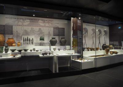 Foto 7: la vetrina dedicata alla preistoria e agli etruschi