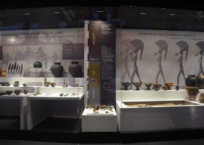Foto 8: la vetrina dedicata alla preistoria e agli etruschi