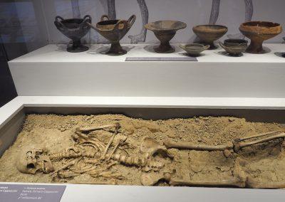 Foto 9:  la vetrina dedicata alla preistoria e agli etruschi - particolari della sepoltura